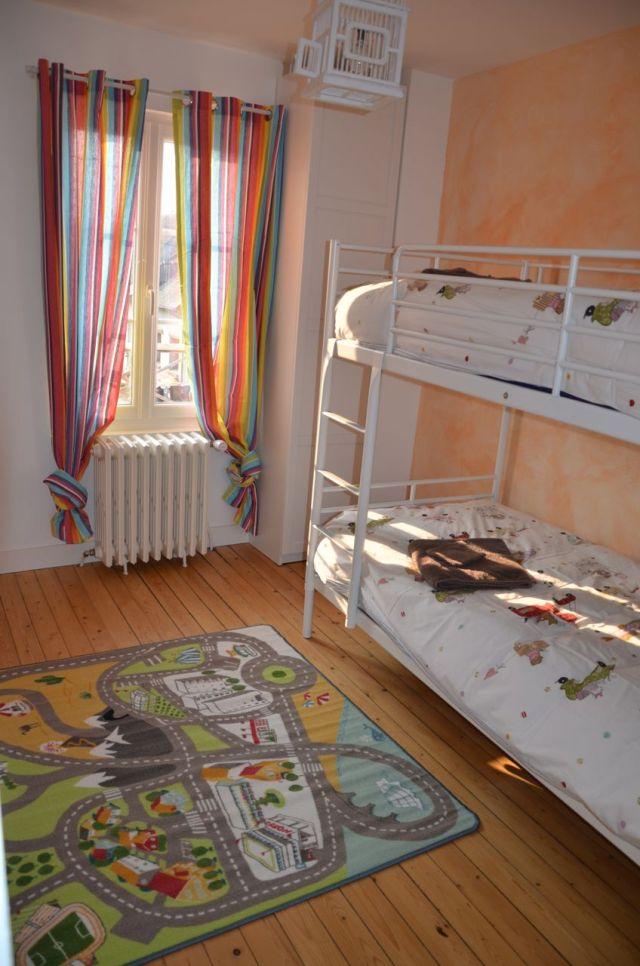 La chambre enfants et ses lits superposés.