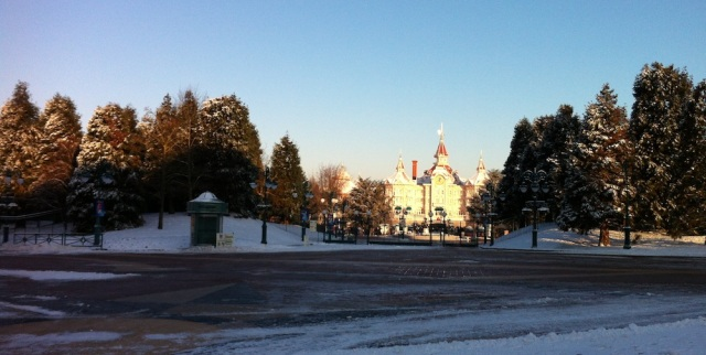 L'esplanade entre les deux parcs. Ciel bleu = grand froid …