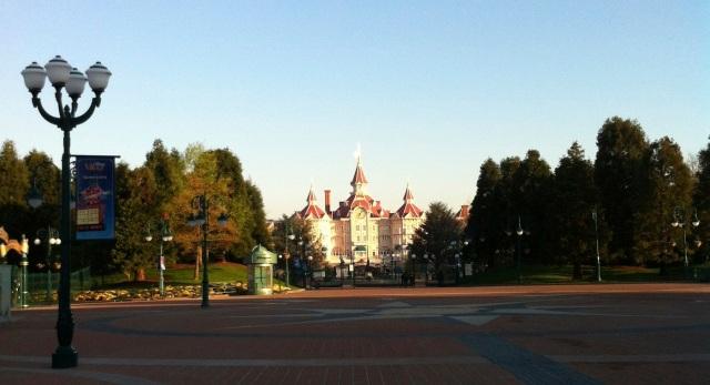 L'esplanade d'accès à Disney